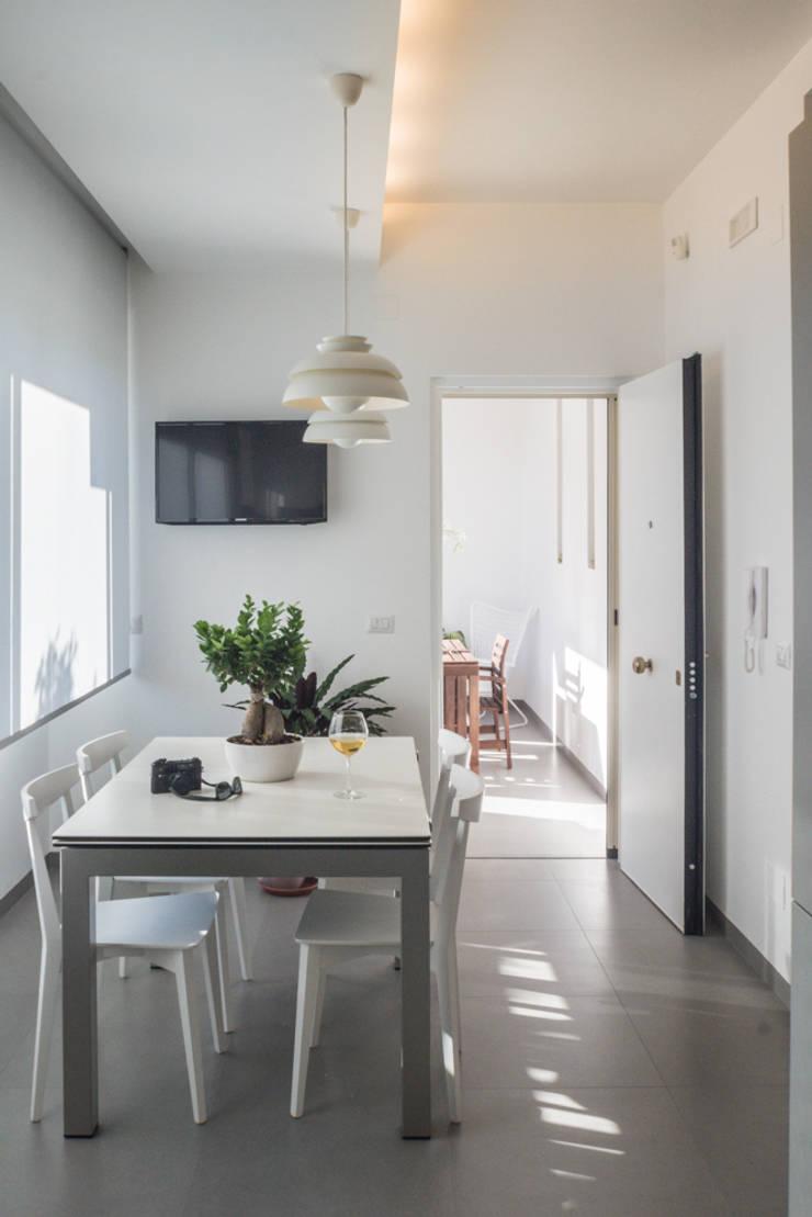 Casa G+R: Sala da pranzo in stile  di manuarino_architettura+design