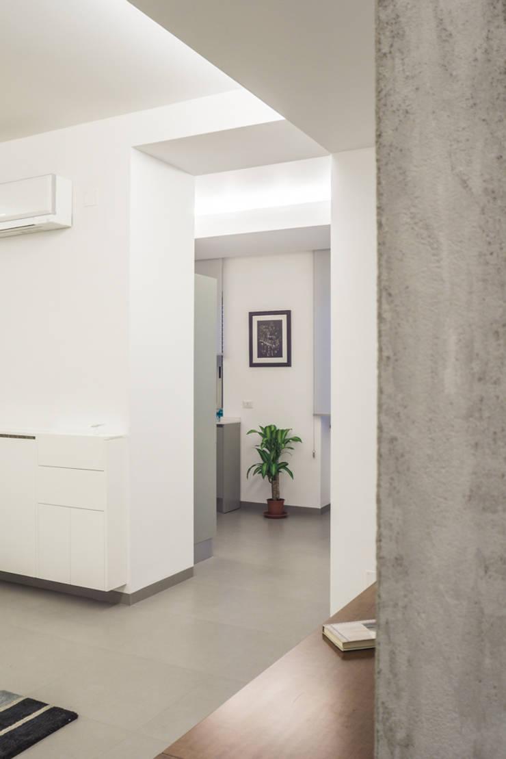Casa G+R: Soggiorno in stile  di manuarino_architettura+design