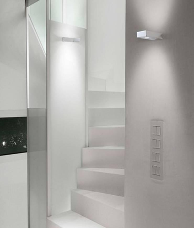 Vestíbulos, pasillos y escaleras de estilo  por Pujol Iluminacion,