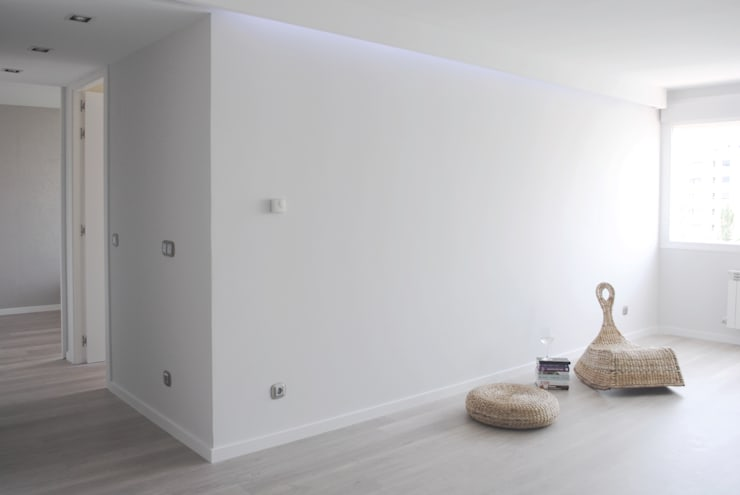Piso de 67m2: Salones de estilo  de Interior03