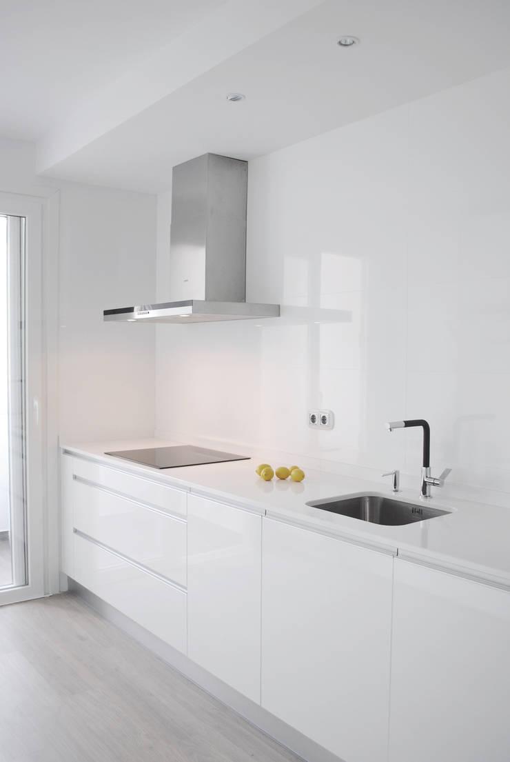 Piso de 67m2: Cocinas de estilo  de Interior03
