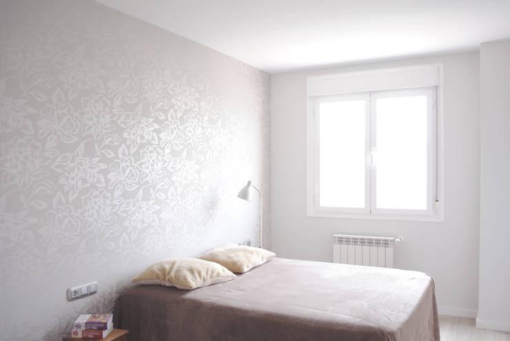 Piso de 67m2: Dormitorios de estilo moderno de Interior03