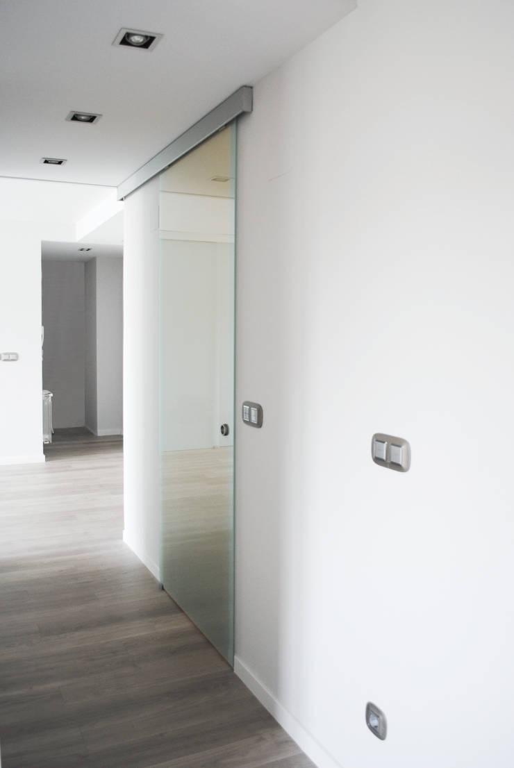 Piso de 67m2: Pasillos y vestíbulos de estilo  de Interior03