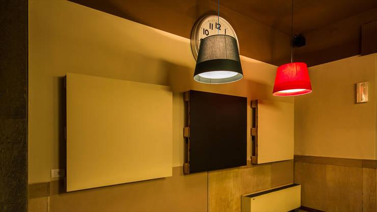 CIRCOLO COOPERATIVA <q>THE FAMILY</q> dal 1900: Sala multimediale in stile  di davide pavanello _ spazi forme segni visioni