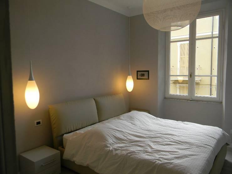 Casa B: Camera da letto in stile  di Alpestudio