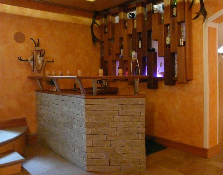 Taverna italiana: Sala da pranzo in stile in stile Rustico di Anderlinidesign