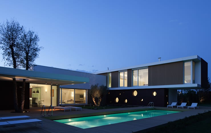 Villa La Modern: Case in stile  di Cannata&Partners Lighting Design,