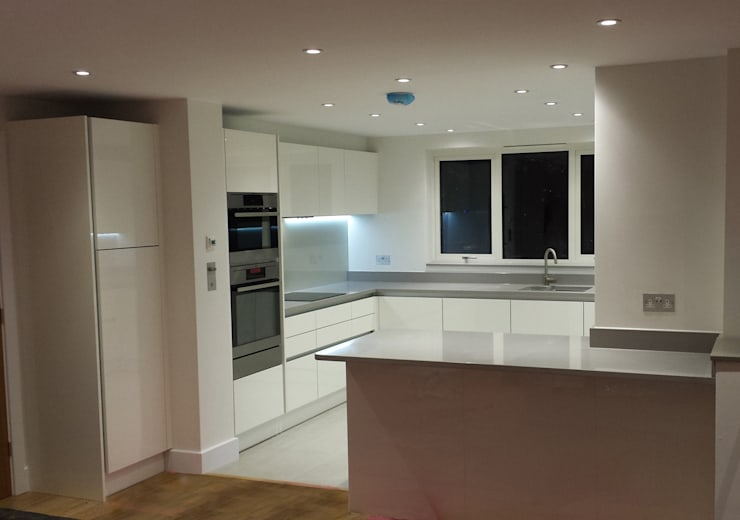 White gloss Handleless kitchen:  Kitchen by Hallmark Kitchen Designs