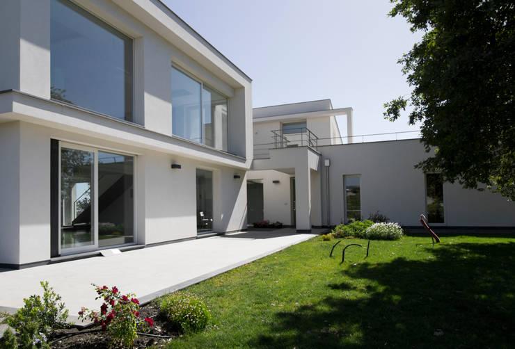 casa A: Giardino in stile  di grecoarchitetture
