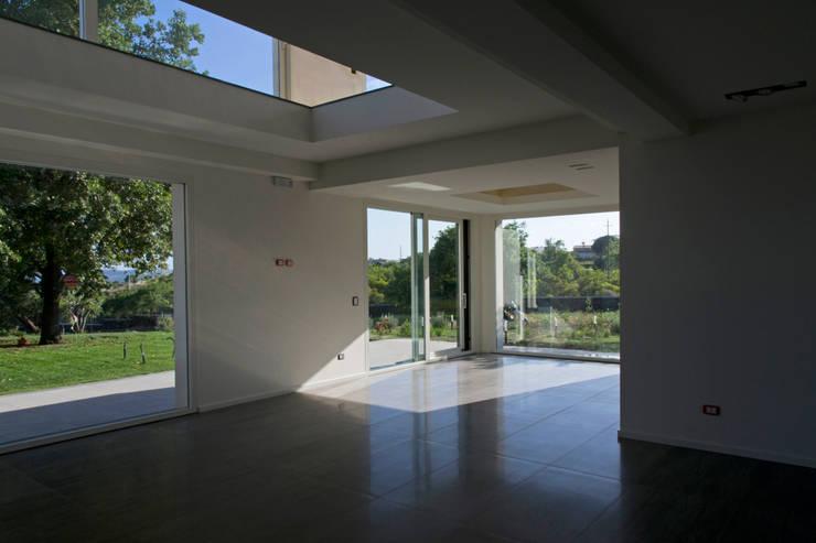 casa A: Terrazza in stile  di grecoarchitetture