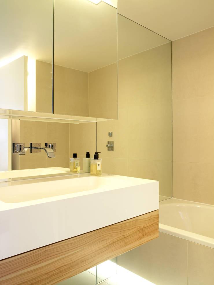 North London:  Bathroom by LEIVARS