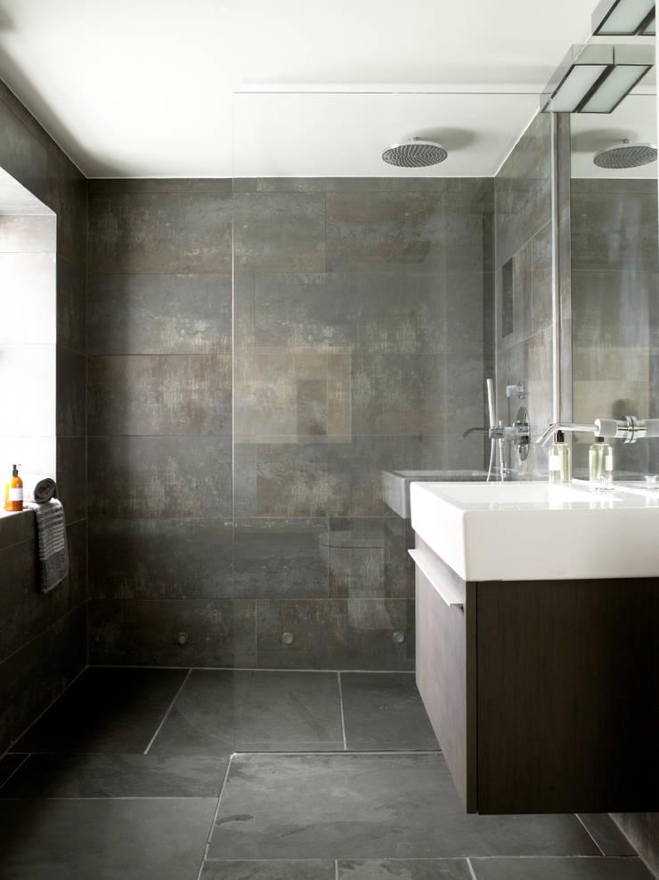 Battersea:  Bathroom by LEIVARS