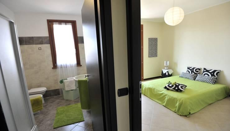 camera letto e bagno: Camera da letto in stile  di Gabriella Sala   Home Staging & Relooking Specialist