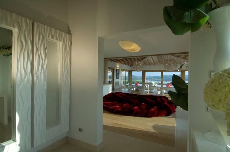 Villa in Sardegna: Ingresso & Corridoio in stile  di Scultura & Design S.r.l.