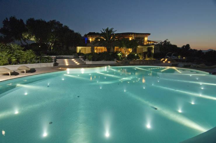 Villa in Sardegna: Piscina in stile  di Scultura & Design S.r.l.