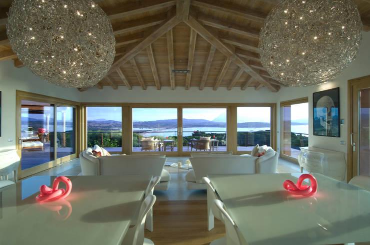 Villa in Sardegna: Soggiorno in stile  di Scultura & Design S.r.l.