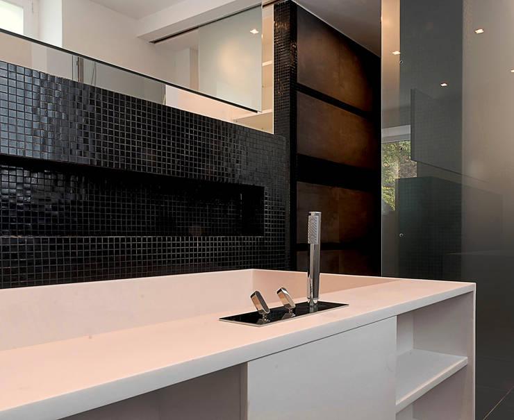 Bad02: moderne Badezimmer von badconcepte