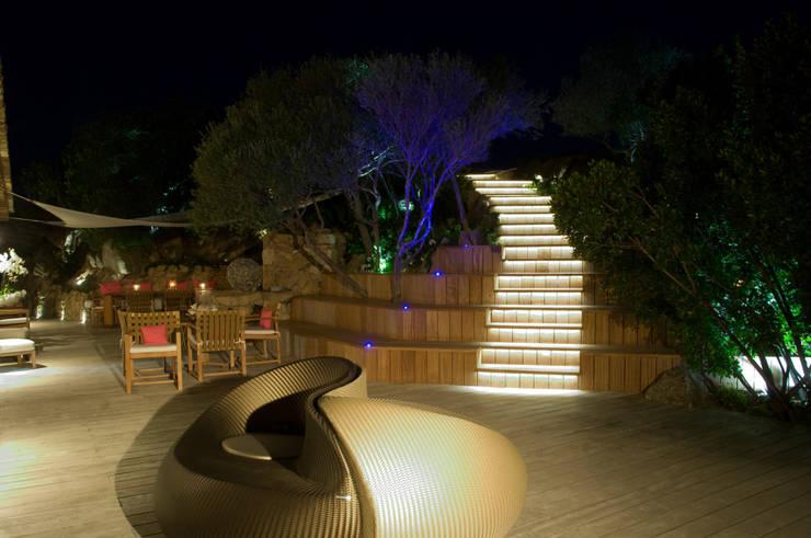 Villa in Sardegna: Terrazza in stile  di Scultura & Design S.r.l.