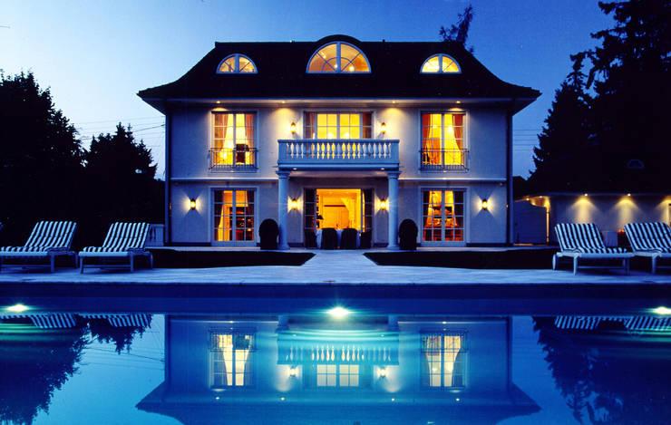 Villa in Monaco: Case in stile  di Scultura & Design S.r.l.