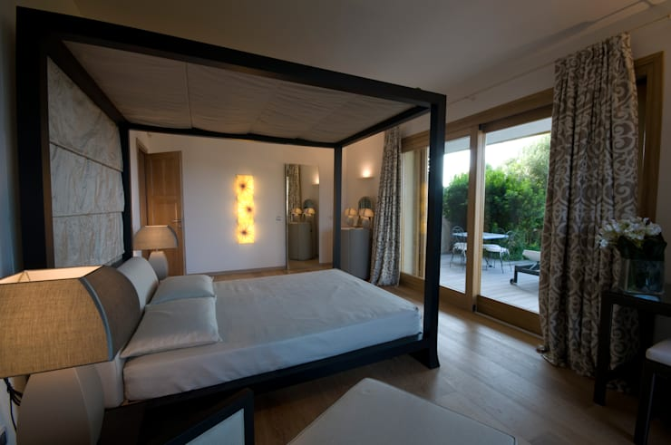 Villa in Sardegna: Camera da letto in stile  di Scultura & Design S.r.l.