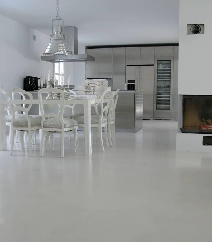 Ruang Makan oleh Savamea     edel - mineralisch - fugenlos, Modern