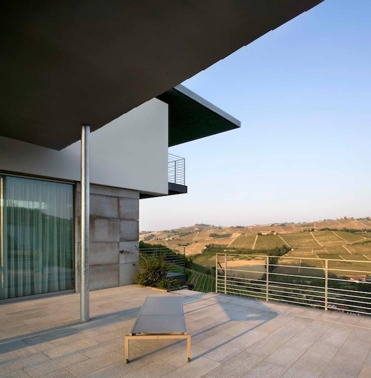 Casa Visiera: Terrazza in stile  di ARCHICURA, Moderno