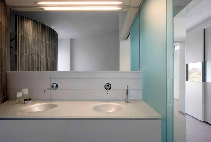 Casa Visiera: Bagno in stile  di ARCHICURA, Moderno