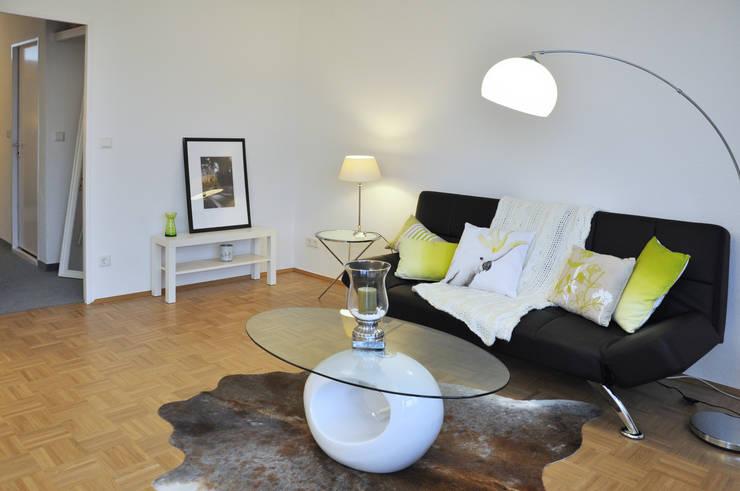 Der Wohn- und Schlafbereich:  Wohnzimmer von Optimmo Home Staging,Modern