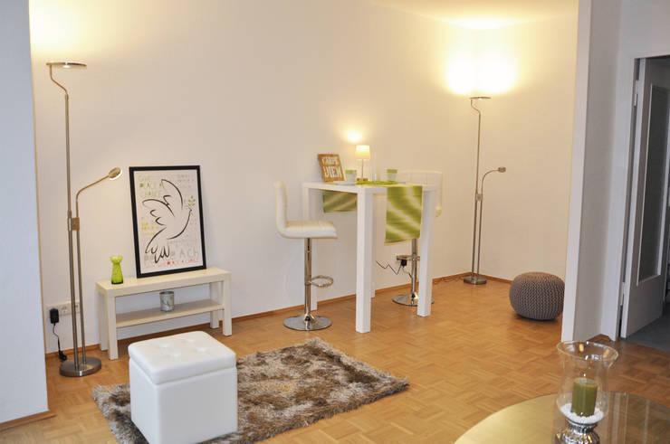 Essbereich der Einzimmerwohnung nach dem Home Staging.:  Wohnzimmer von Optimmo Home Staging,Modern