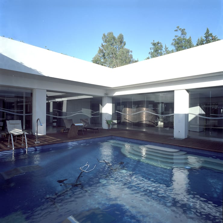 Parco Acquatico con Centro Benessere presso l'hotel Costa Verde a Cefalù: Hotel in stile  di Studio di Architettura e Design