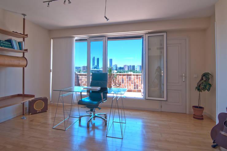 Imprerionantes vistas a las torres de Madrid: Estudios y despachos de estilo  de Apersonal