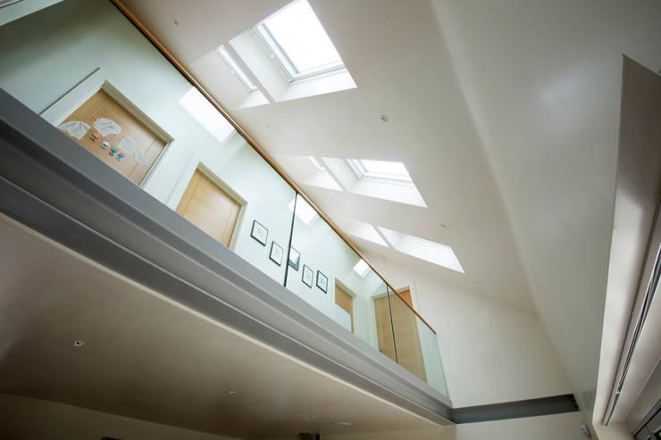 Koridor dan lorong oleh IQ Glass UK, Modern