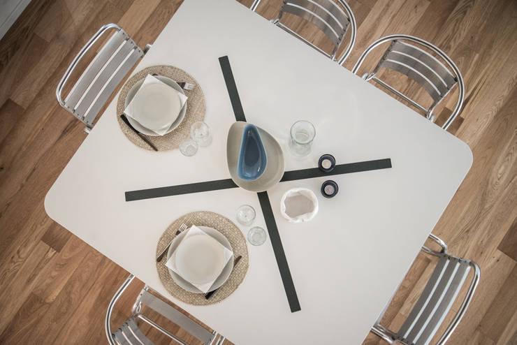 via delle Orfane: Sala da pranzo in stile  di con3studio