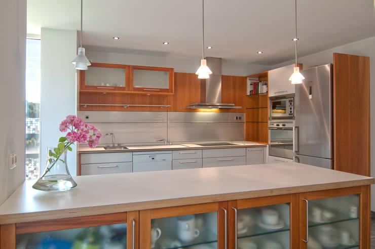 Madera Acero y blanco: Cocinas de estilo  de Apersonal