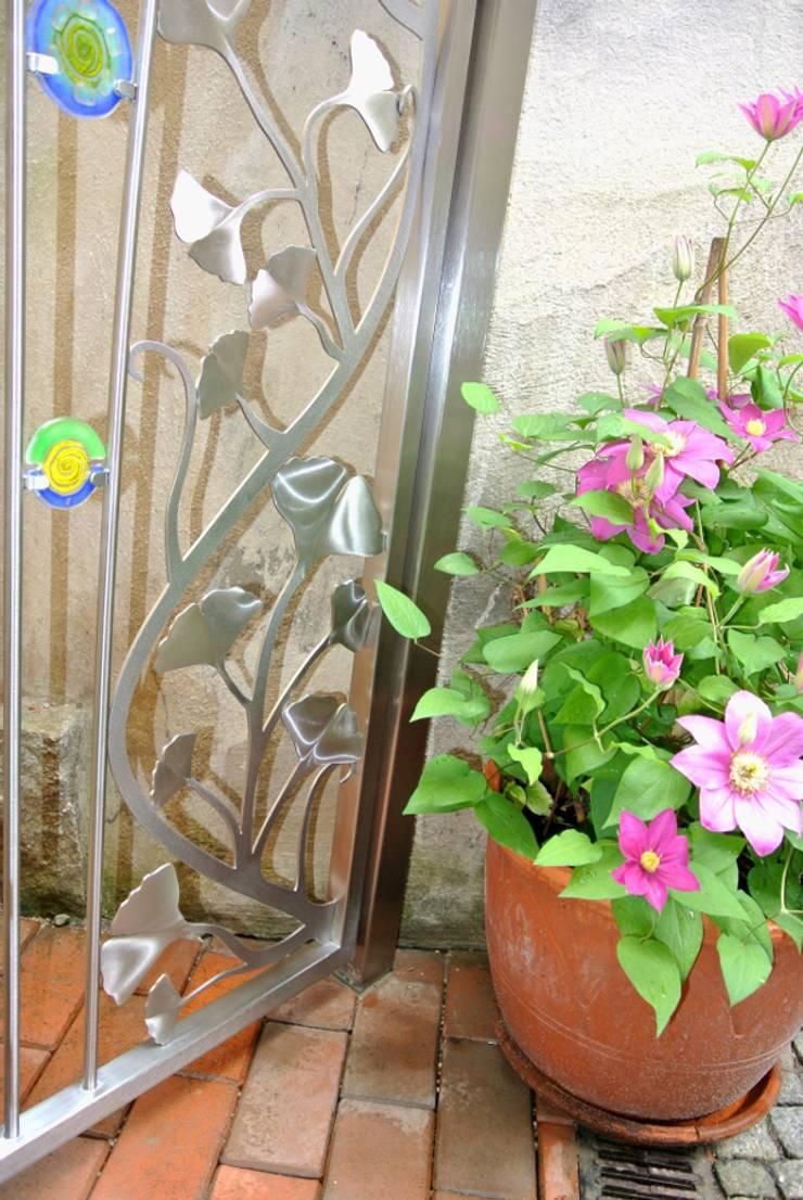 Stainless Steel Ginkgo Garden Gate Giardino moderno di Edelstahl Atelier Crouse - individuelle Gartentore Moderno