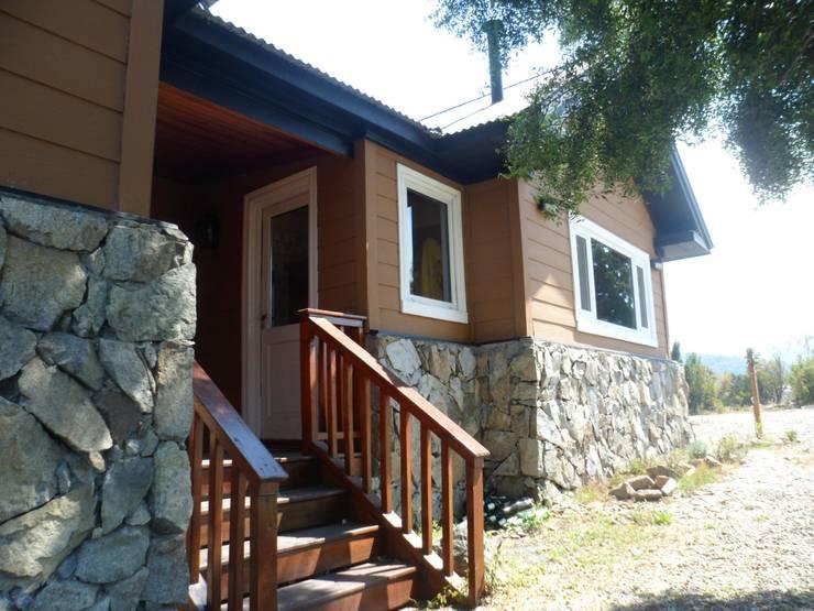 Casa en Cholila: Casas de estilo clásico por 2424 ARQUITECTURA
