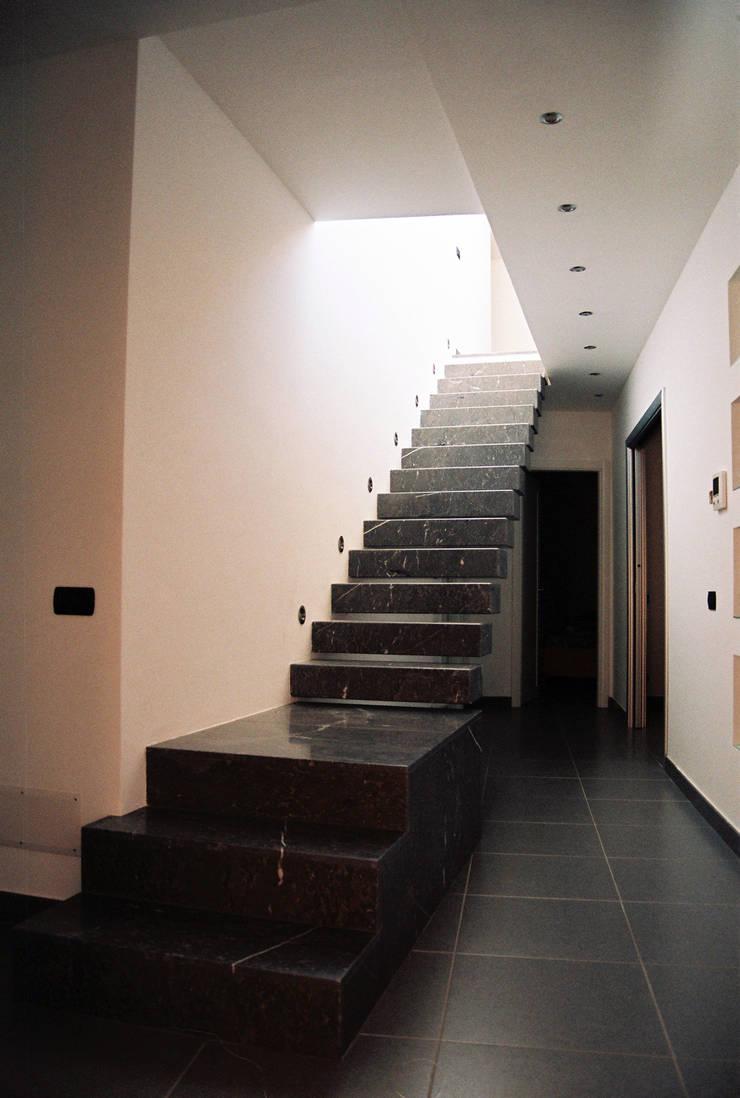 Riconfigurazione degli ambienti interni di una vecchia abitazione: Ingresso & Corridoio in stile  di Studio di Architettura e Design