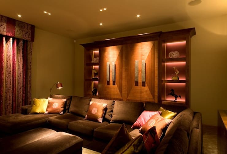 Seating area in the TV Lounge:  Living room by Brilliant Lighting