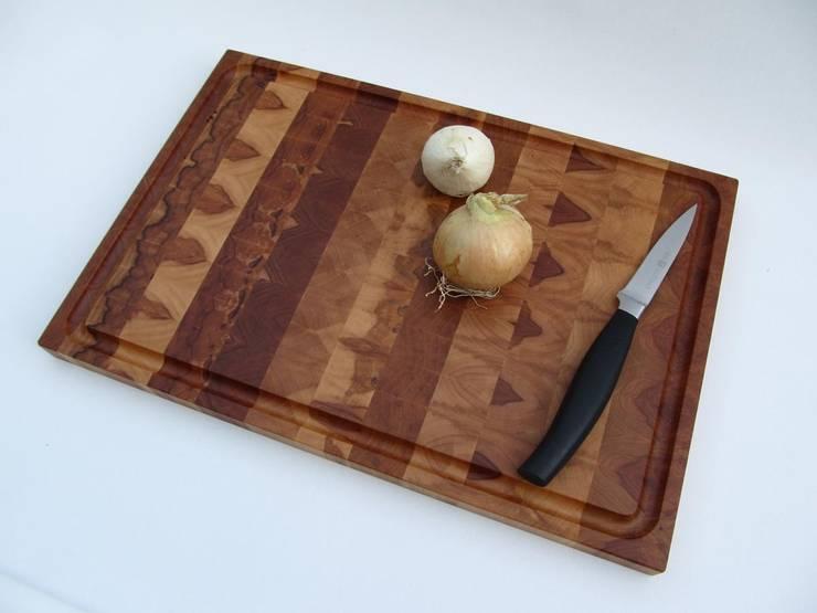 Hirnholzschneidebrett aus heimischem Apfelholz: moderne Küche von Schreinerei Roland Löffler