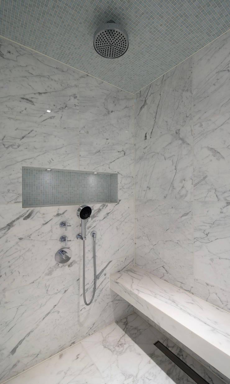 Italian Marble Shower Enclosure:  Bathroom by Amarestone