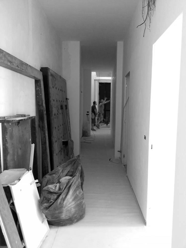 Casa MB_work in progress: Ingresso & Corridoio in stile  di laboratorio di architettura - gianfranco mangiarotti
