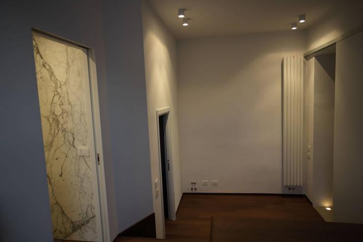 Casa MB_camera_vista dalla pedana: Ingresso & Corridoio in stile  di laboratorio di architettura - gianfranco mangiarotti
