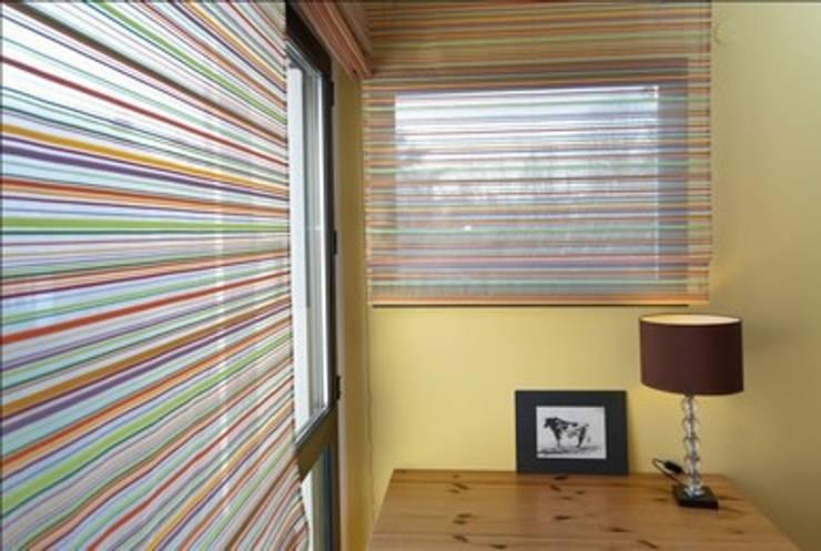 Villa contemporaine <q>esprit loft</q> : Fenêtres & Portes de style  par Interieurs Autrement