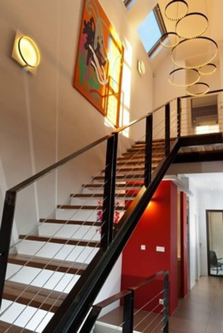 Villa contemporaine <q>esprit loft</q> : Couloir et hall d'entrée de style  par Interieurs Autrement