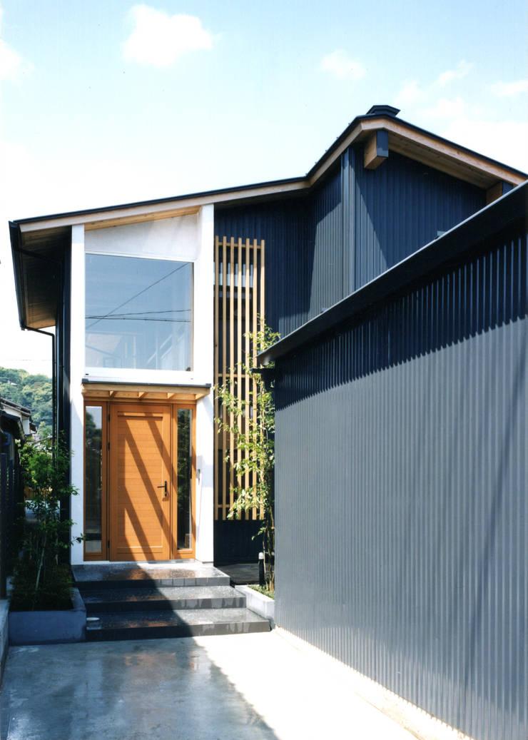 Corredores e halls de entrada  por T設計室一級建築士事務所/tsekkei