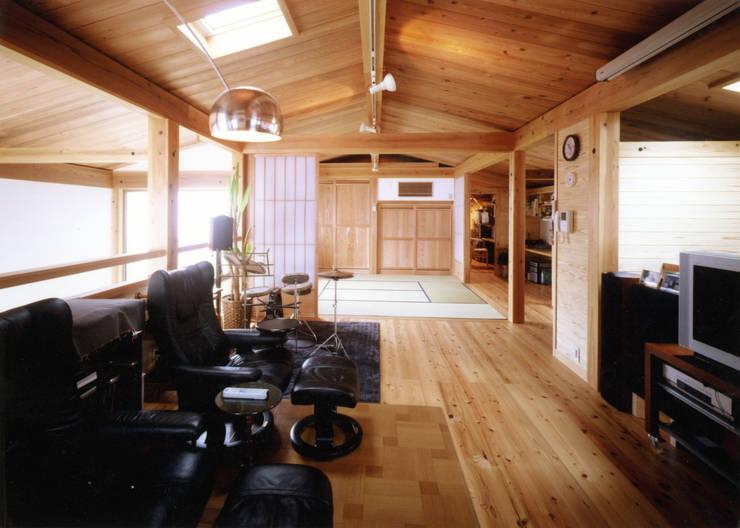 Salas multimédia  por T設計室一級建築士事務所/tsekkei
