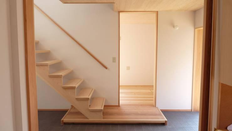 焼き杉と墨入り漆喰と鉄人28号の棟飾りでリノベイト: T設計室一級建築士事務所/tsekkeiが手掛けた廊下 & 玄関です。