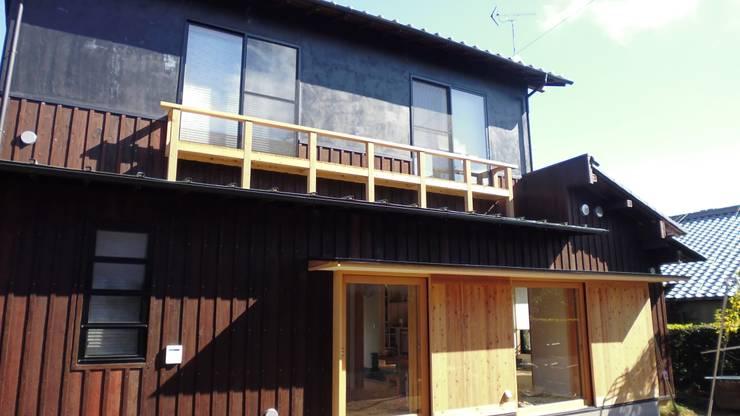 焼き杉と墨入り漆喰と鉄人28号の棟飾りでリノベイト: T設計室一級建築士事務所/tsekkeiが手掛けた家です。