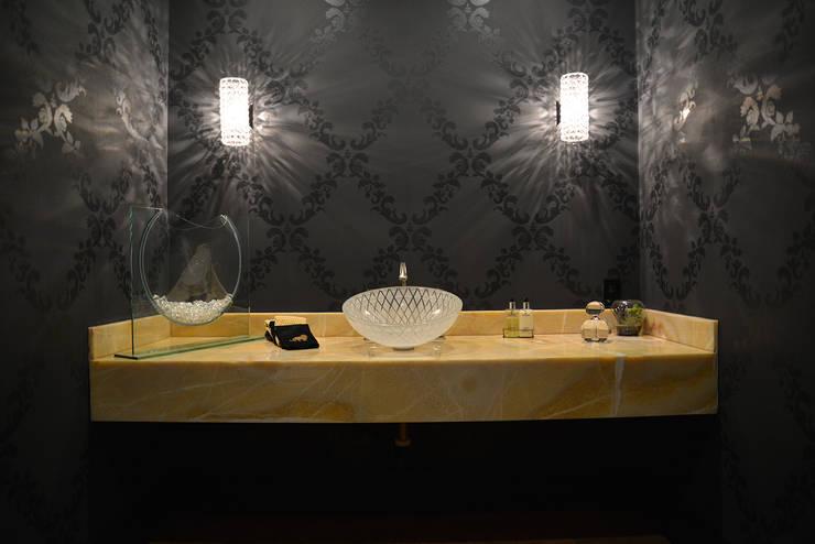 Nightingale Decor, Hollywood Hills CA. 2014: Baños de estilo  por Erika Winters® Design