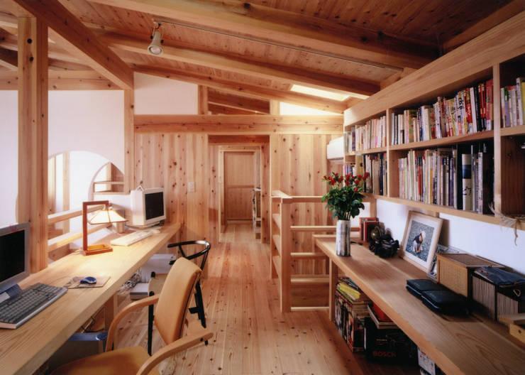 吹き抜けに面した書斎: T設計室一級建築士事務所/tsekkeiが手掛けた和室です。
